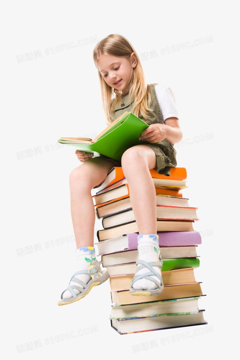 坐在书上面看书的小女孩